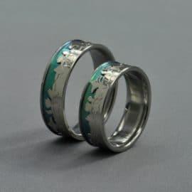 Anódizált titán karikagyűrű, fehérarany karikagyűrű, népi motívum, szűrmotívum, karikagyűrű, titán karikagyűrű, egyedi karikagyűrű, design karikagyűrű, különleges karikagyűrű, design jegygyűrű, különleges jegygyűrű