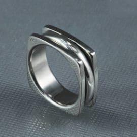 Fehérarany karikagyűrű, forgós karikagyűrű, mozgó karikagyűrű, karikagyűrű, titán karikagyűrű, egyedi karikagyűrű, design karikagyűrű, különleges karikagyűrű, design jegygyűrű, különleges jegygyűrű