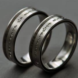 Ében karikagyűrű, feliratos karikagyűrű, gravírozott karikagyűrű, karikagyűrű, titán karikagyűrű, egyedi karikagyűrű, design karikagyűrű, különleges karikagyűrű, design jegygyűrű, különleges jegygyűrű