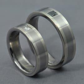 wedding ring, diamond, white gold, white diamond, black diamond, fekete gyémánt, fehér princess gyémánt, egyedi karikagyűrű, különleges karikagyűrű, gyűrű, karikagyűrű, titán karikagyűrű, gyémánt gyűrű, titánium karikagyűrű, fehérarany karikagyűrű, comfort fit karikagyűrű,