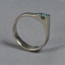 Kék gyémánt karikagyűrű, egyedi karikagyűrű, különleges karikagyűrű, gyűrű, karikagyűrű, titán karikagyűrű, gyémánt gyűrű, titánium karikagyűrű, fehérarany karikagyűrű, comfort fit karikagyűrű,
